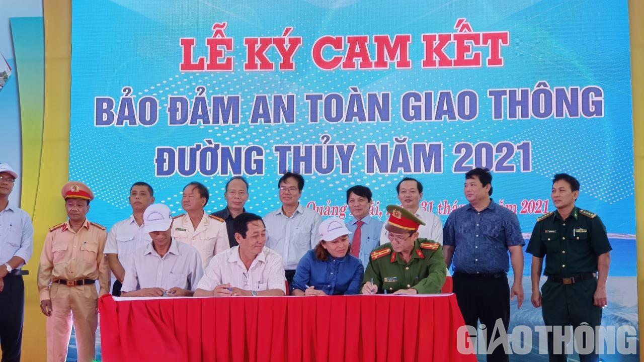 Các đơn vị, lực lượng chức năng tỉnh Quảng Ngãi ký cam kết đảm bảo trật tự ATGT đường thủy năm 2021