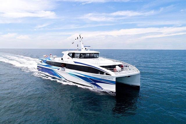 Tàu khách siêu tốc Chín Nghĩa, một trong số những doanh nghiệp của tỉnh Quảng Ngãi hoạt động vận tải khách tuyến Lý Sơn-Sa Kỳ và ngược lại.
