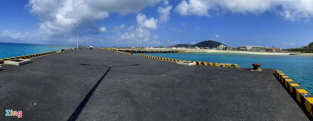 Cầu cảng chính có thể tiếp nhận cùng lúc 2 tàu trọng tải lớn 1.000-2.000 tấn chở hàng hóa và đón tàu khách công suất 400 ghế. Tiến sĩ Đông đề xuất cơ quan chức năng tiếp tục xây dựng kè chắn sóng cho cảng Bến Đình thì mới đáp ứng 100% yêu cầu đề ra.