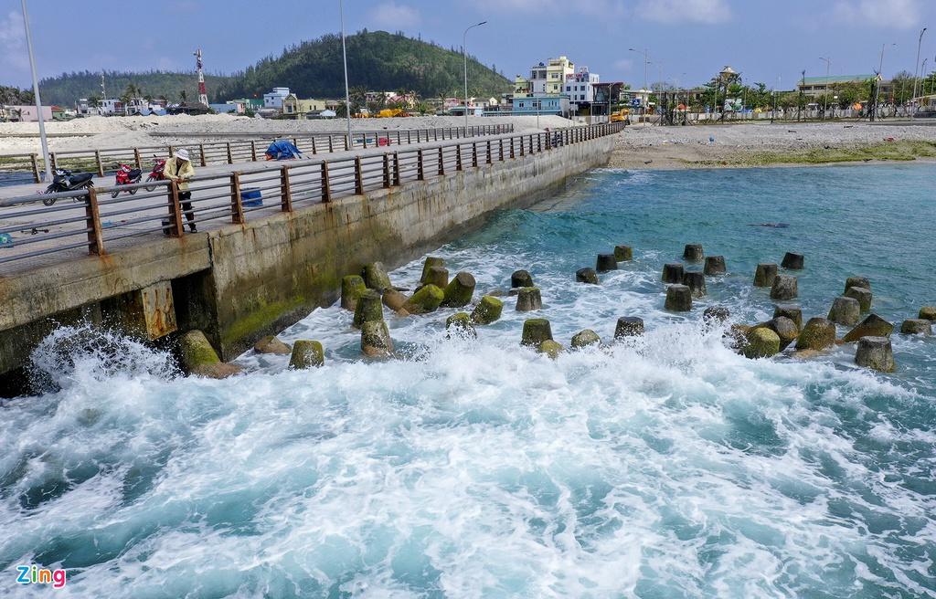 Sau 2 cơn bão hồi cuối năm ngoái, chủ đầu tư phối hợp với các nhà thầu tập kết hàng trăm cục acrobot phá sóng để bảo vệ tạm thời cho cầu dẫn kết hợp với bến khách và cầu cập tàu cảng Bến Đình.