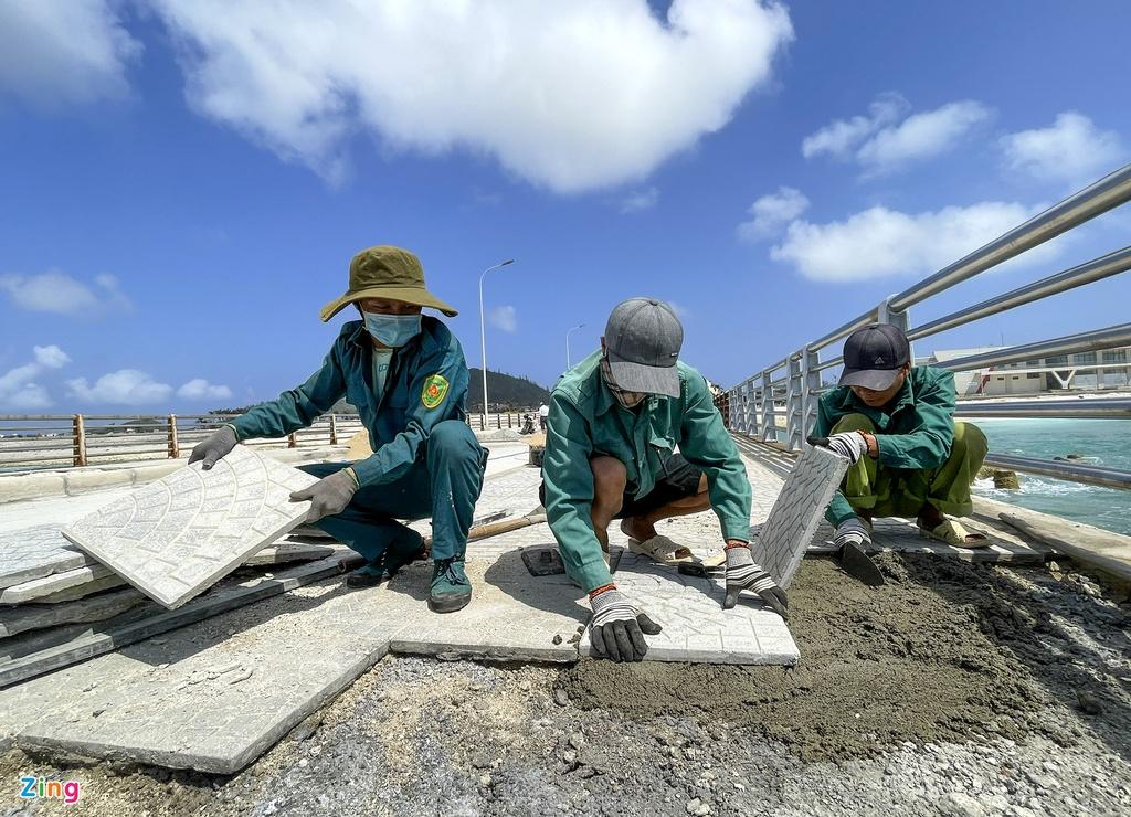 Ngoài ra, công nhân còn lát lại vỉa hè và lót lại tấm cao su ở khe co giãn trên cầu cảng.