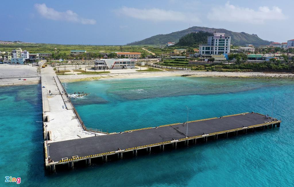 Cầu dẫn kết hợp bến khách dài 116,5 m, rộng 13,5 m; cầu chính cho cập tàu dài 87 m, rộng 14 m. TS Bùi Việt Đông, Chủ nhiệm đồ án thiết kế cảng Bến Đình, cho biết đơn vị đã điều tra các yếu tố thủy hải văn trên mô hình toán bằng phần mềm MIKE-21.