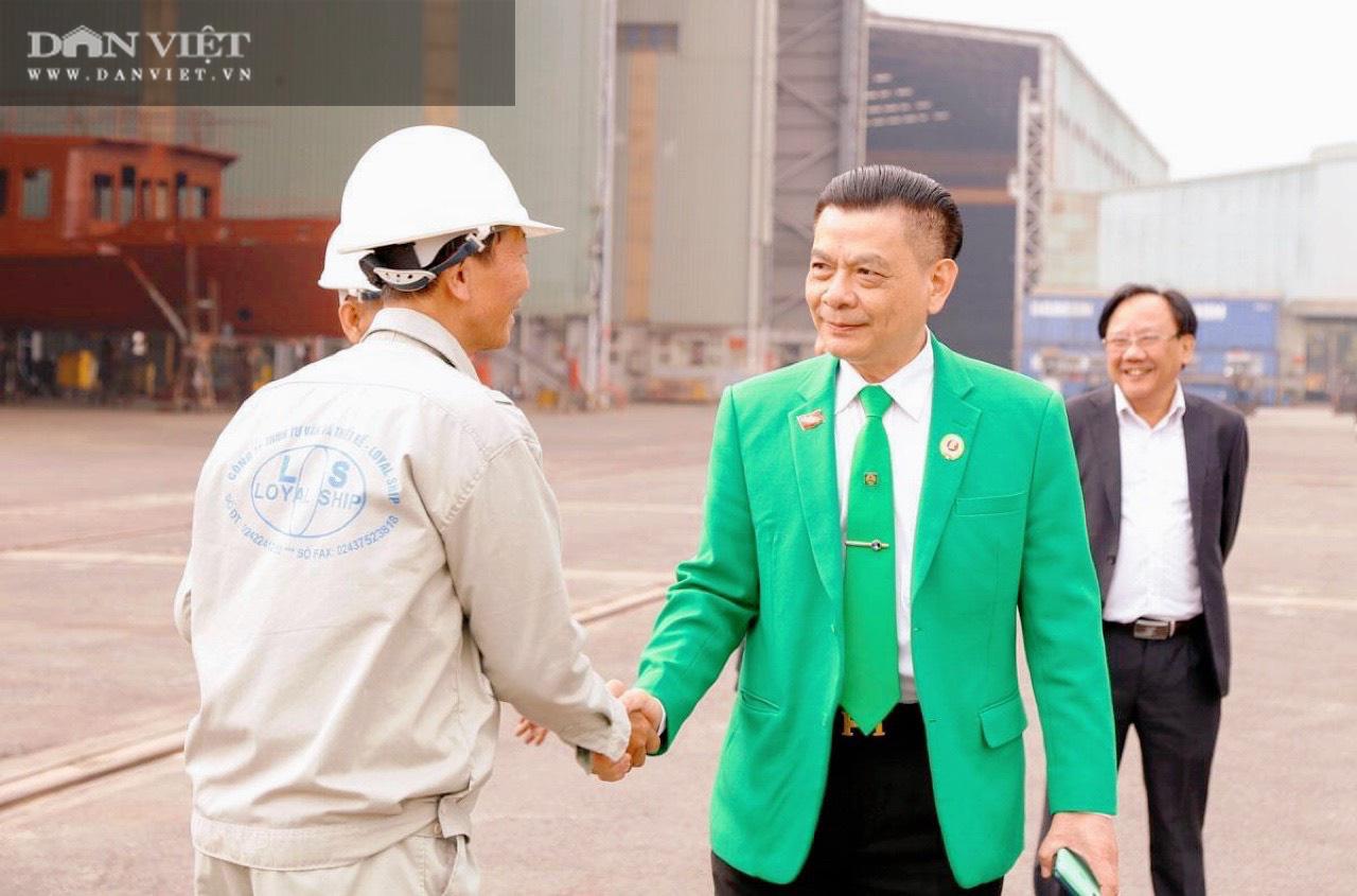 Ông Hồ Huy - Chủ tịch Mai Linh (áo xanh).