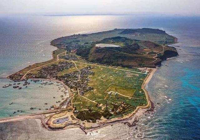 Đảo lớn (trung tâm) huyện Lý Sơn nhìn từ trên cao (ảnh nguồn Internet).