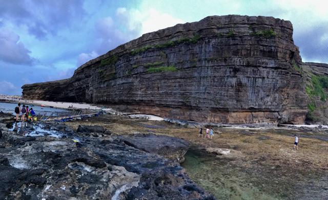 Thắng cảnh Hang Câu, huyện Lý Sơn, một trong những khu vực nằm trong Công viên địa chất toàn cầu Lý Sơn-Sa Huỳnh.