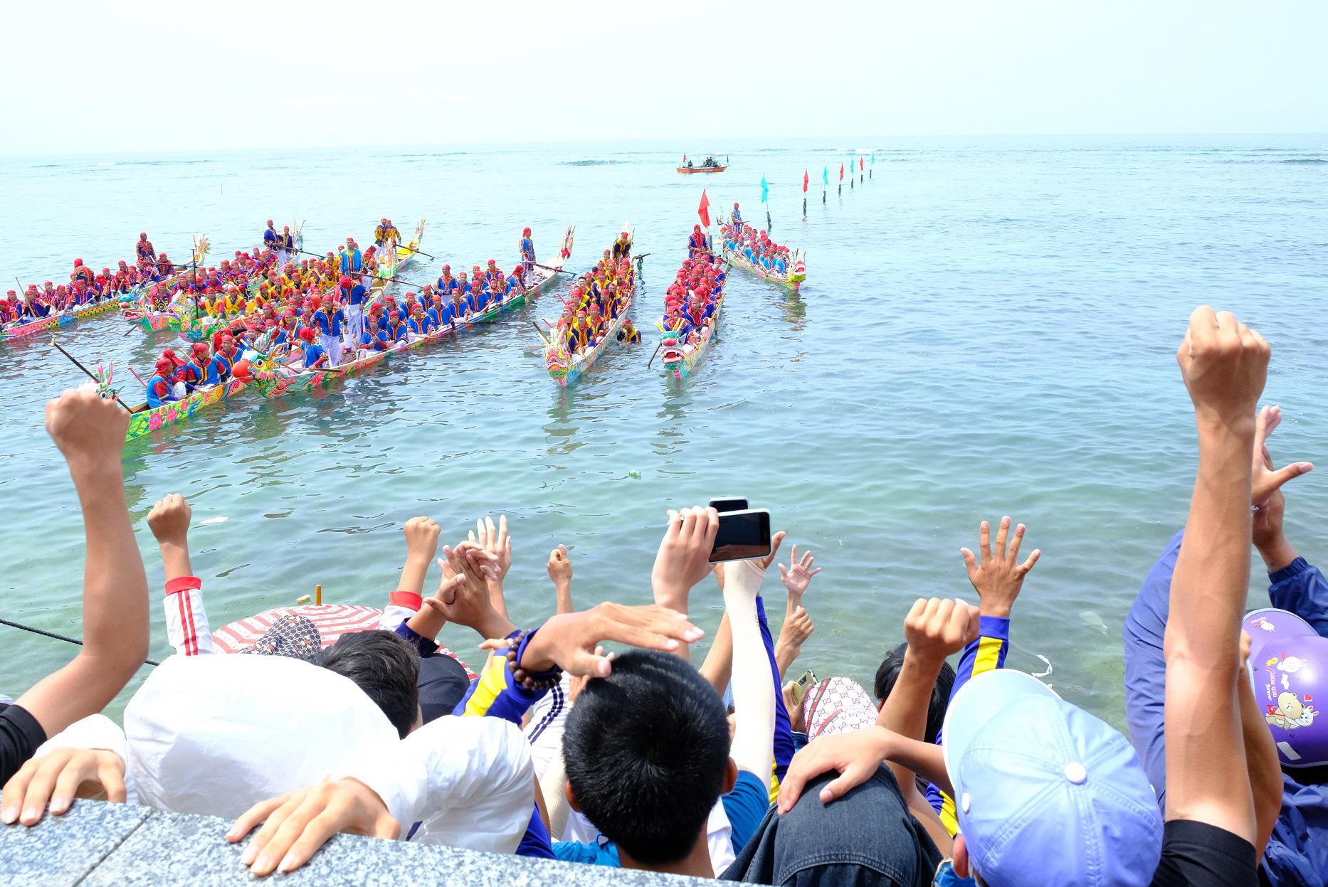 Các thuyền đua chào khán giả trước khi vào tranh tài