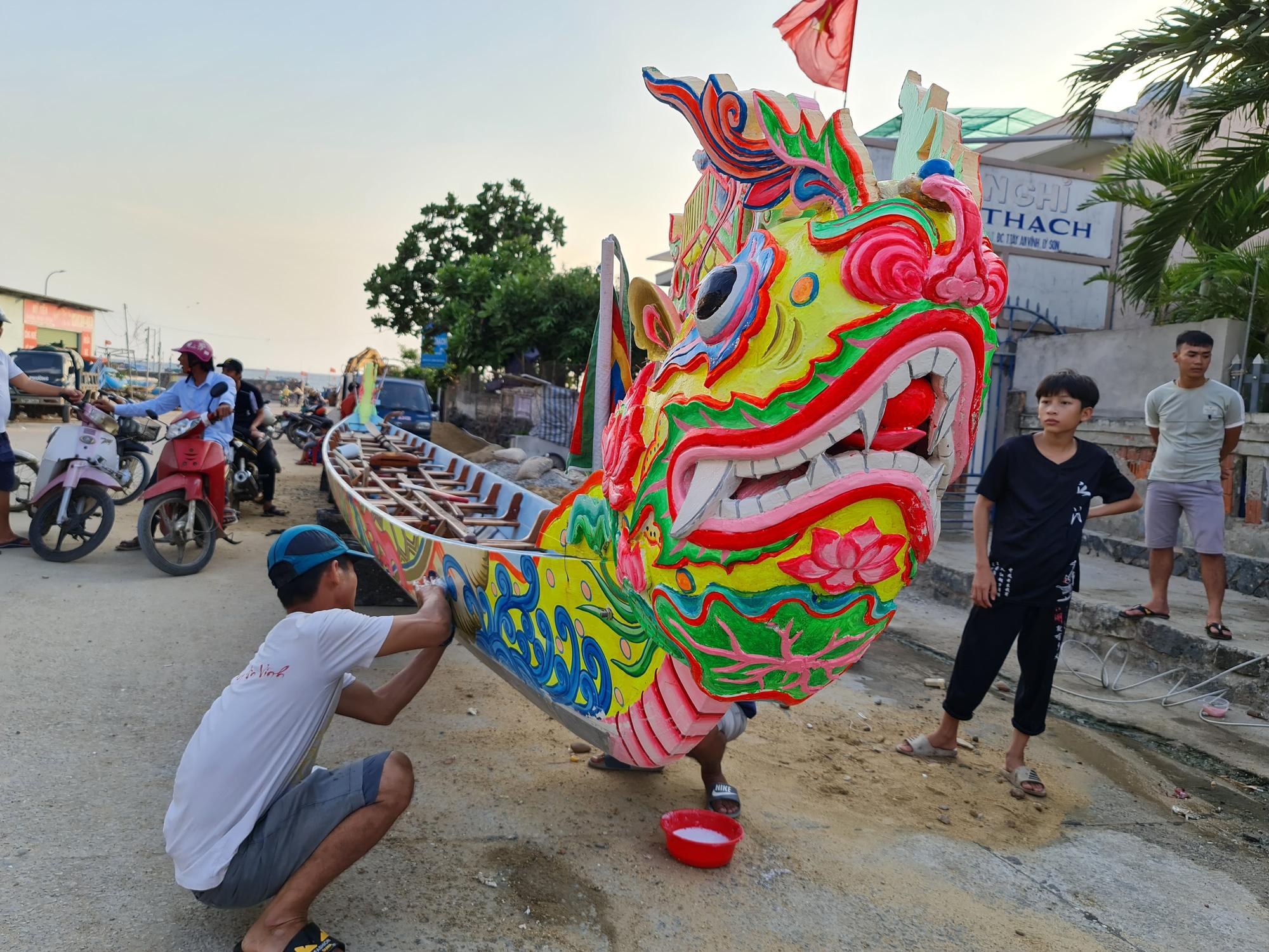 Nghi thức rửa thuyền, với người Lý Sơn, thuyền thể hiện khát vọng nên mỗi khi có lễ hội phải rửa sạch