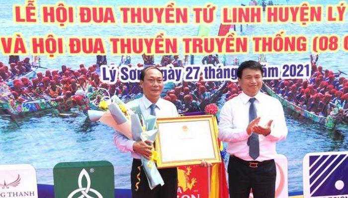 Phó Bí thư Thường trược Tỉnh ủy Quảng Ngãi Đặng Ngọc Huy trao bằng công nhận di sản văn hóa phi vật thể Quốc gia lễ hội đua thuyền tứ linh cho lãnh đạo UBND huyện Lý Sơn.