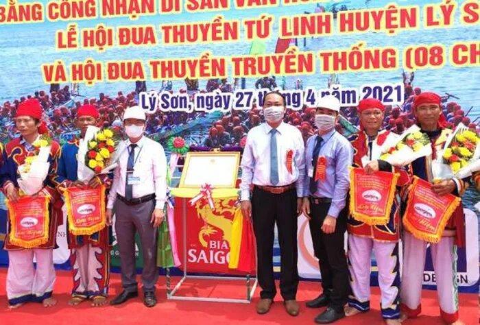 Lãnh đạo huyện đảo Lý Sơn tặng hoa và cờ lưu niệm cho các đội đua thuyền tứ linh truyền thống tranh cúp 2021.
