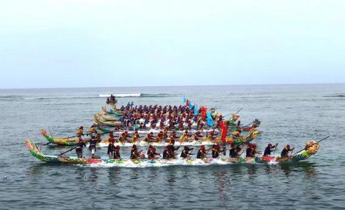 8 đội thuyền đua mang tên của 4 con vật tứ linh: Long, Lân, Quy, Phụng tranh tài sau khi kết thúc lễ công bố và đón nhận di sản văn hóa phi vật thể Quốc gia lễ hội đua thuyền tứ linh.