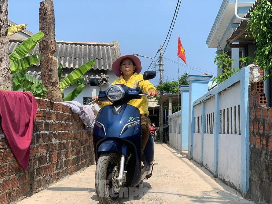 """Tặng xe nhưng không có quyết định bằng văn bản khiến hàng chục hộ dân ở đảo An Bình (đảo Bé), huyện Lý Sơn, tỉnh Quảng Ngãi """"đứng bánh"""" trong việc đăng ký biển số để hoạt động du lịch."""