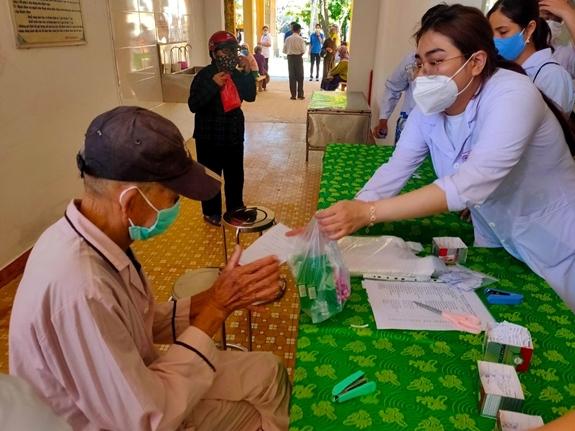 Khám bệnh, cấp phát thuốc miễn phí cho ngư dân trên đảo Lý Sơn.