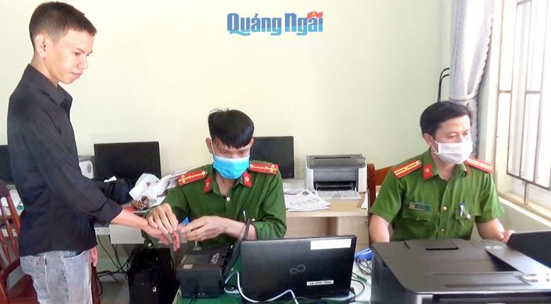 Công an huyện Lý Sơn làm thủ tục cấp căn cước công dân cho người dân.