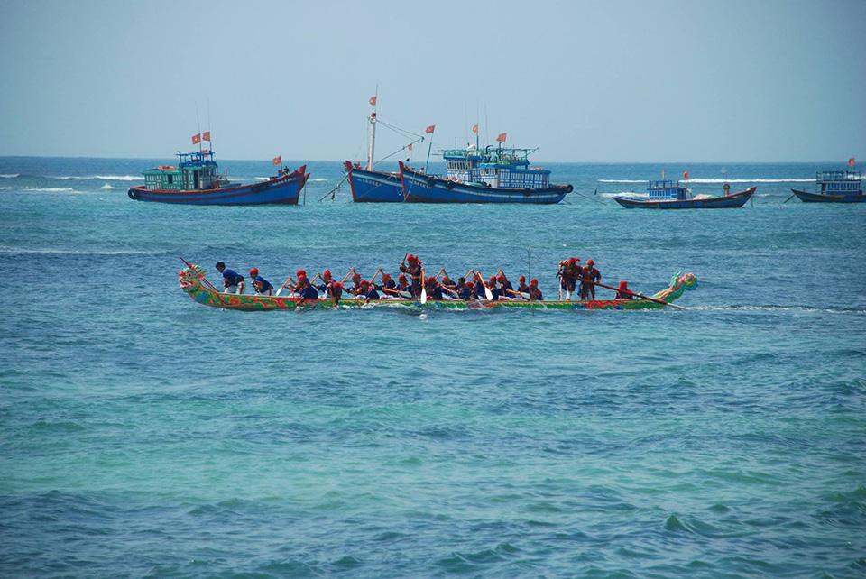 Lễ hội đua thuyền truyền thống Tứ linh năm 2017.