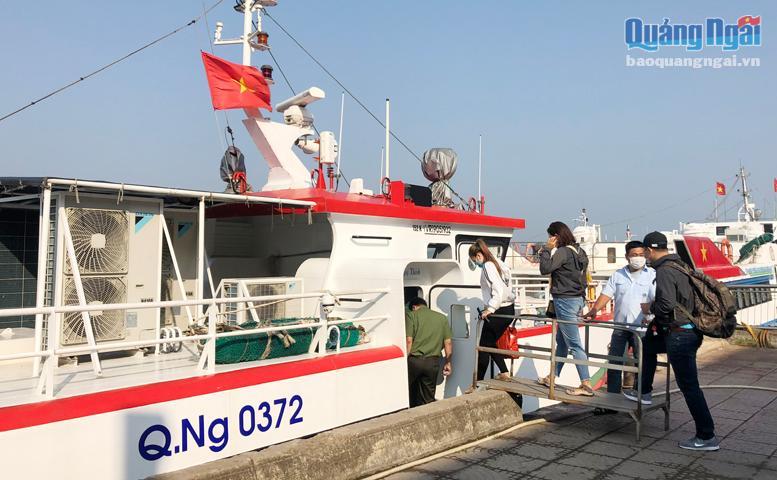 Du khách lên tàu đến với đảo Lý Sơn.