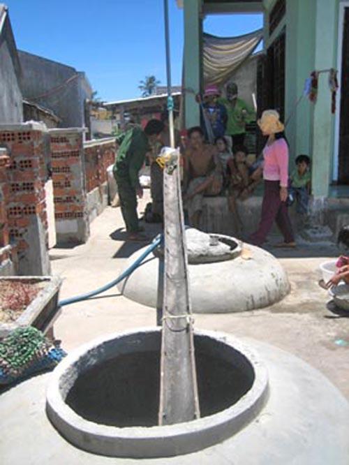 Tình trạng khô hạn dẫn đến việc tích thêm nguồn nước trời của người dân An Bình khó khăn hơn