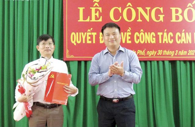 Ông Bùi Văn Lý, Phó Chánh Văn phòng Tỉnh ủy Quảng Ngãi (bên trái) được chỉ định lgiữ chức vụ Phó Bí thư Thị ủy Đức Phổ
