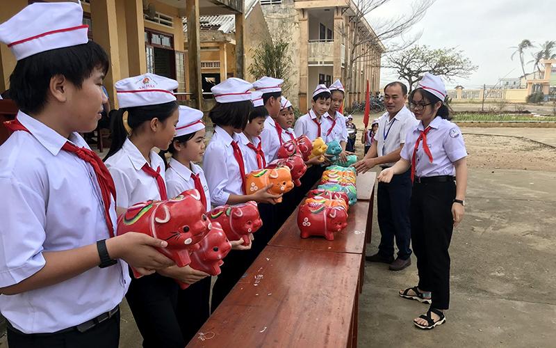 """Hoạt động """"Nuôi heo đất gửi yêu thương"""" giúp các bạn khó khăn của thầy và trò Trường THCS An Hải (huyện Lý Sơn, tỉnh Quảng Ngãi)."""