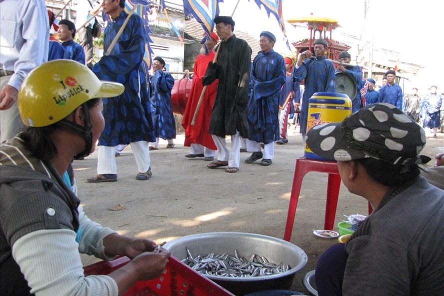 Giá trị văn hóa phi vật thể đã ăn sâu trong đời sống dân gian, thành lề thói như lễ Khao lề thế lính Hoàng Sa ở Lý Sơn.