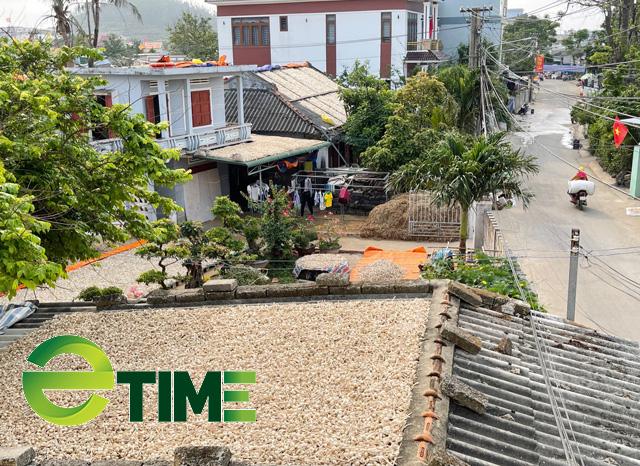 Nhìn những mái, hiên nhà được người dân Lý Sơn phơi tỏi phủ trắng xóa, nhiều người ví von đây là những sân phơi trên không của những hộ dân trồng tỏi ở đảo này.