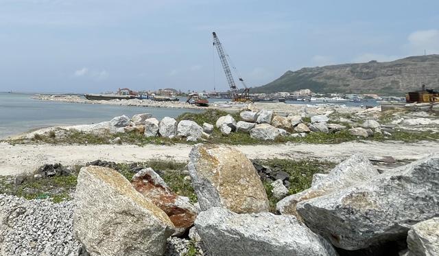 Một góc công trình Vũng neo đậu tàu thuyền Lý Sơn sử dụng vốn ngân sách.