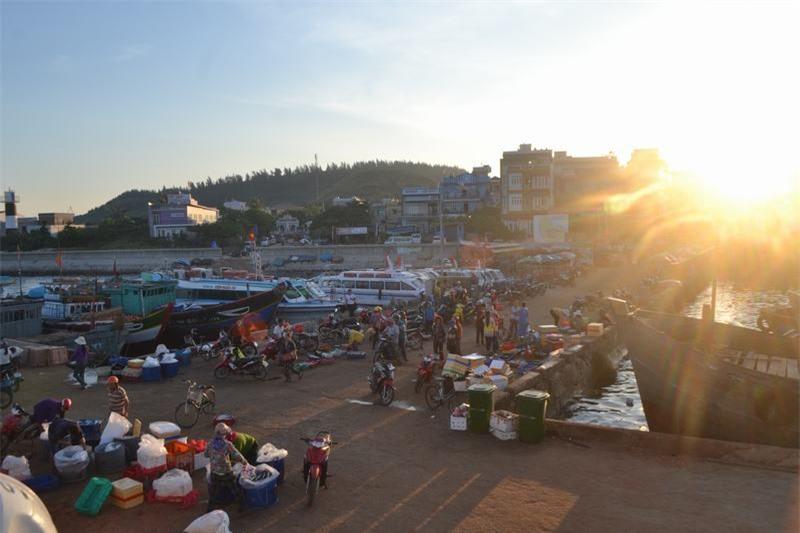 Chợ họp từ sáng tinh mơ khi mặt trời vừa lên. Những ngày biển động thì chợ cá cũng tạm dừng buôn bán.