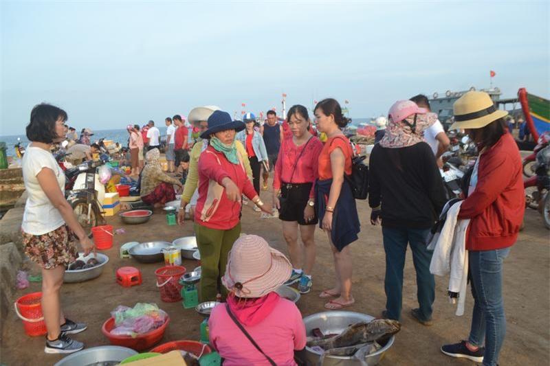 Những phụ nữ mua bán cá ở đây cho biết, khi cảng cá Lý Sơn được xây dựng thì cũng là lúc phiên chợ cá ra đời. Nhiều gia đình trên đảo có cuộc sống ổn định, cho con ăn học cũng từ phiên chợ này.