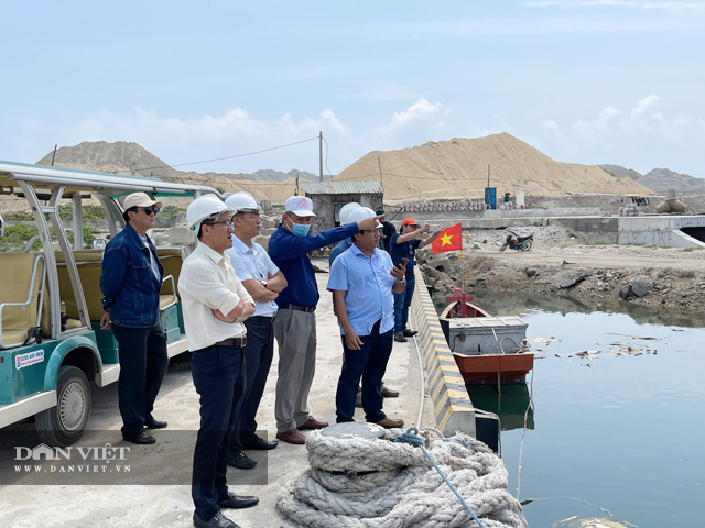 BQL công trình giao thông tỉnh Quảng Ngãi đi kiểm tra thực tế hiện trường công trình Vũng neo đậu Lý Sơn.