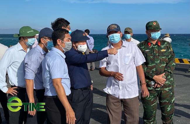 Đoàn công tác của tỉnh Quảng Ngãi đang thị sát cảng Bến Đình.
