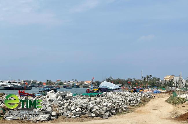 Một góc công trình Vũng neo đậu tàu thuyền Lý Sơn, hiện đang thi công dang dở giai đoạn 2.