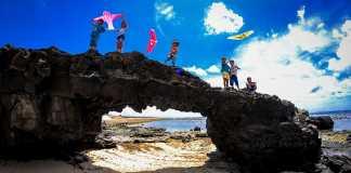 Trẻ em thả diều trên cổng Tò Vò ở đảo Lý Sơn