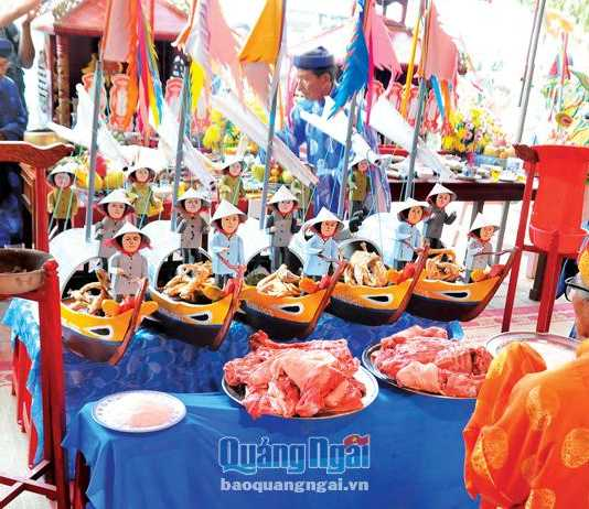 Mô hình 5 chiếc thuyền là lễ vật đặc biệt trong Lễ Khao lề thế lính Hoàng Sa, mô phỏng các đội thuyền ra khơi đi giữ đảo thuở trước.