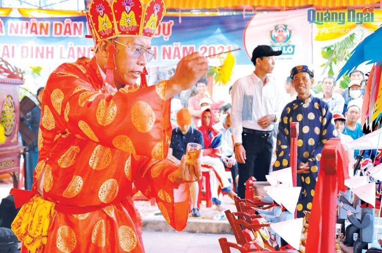 Việc thực hiện nghi thức Lễ Khao lề thế lính Hoàng Sa do một vị pháp sư thực hiện.