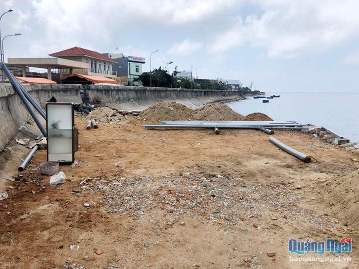 Bên cạnh san lấp mặt biển khu vực cầu cảng Lý Sơn trái phép, các hộ dân còn tập kết vật liệu xây dựng và sắt thép chờ thi công lán trại.