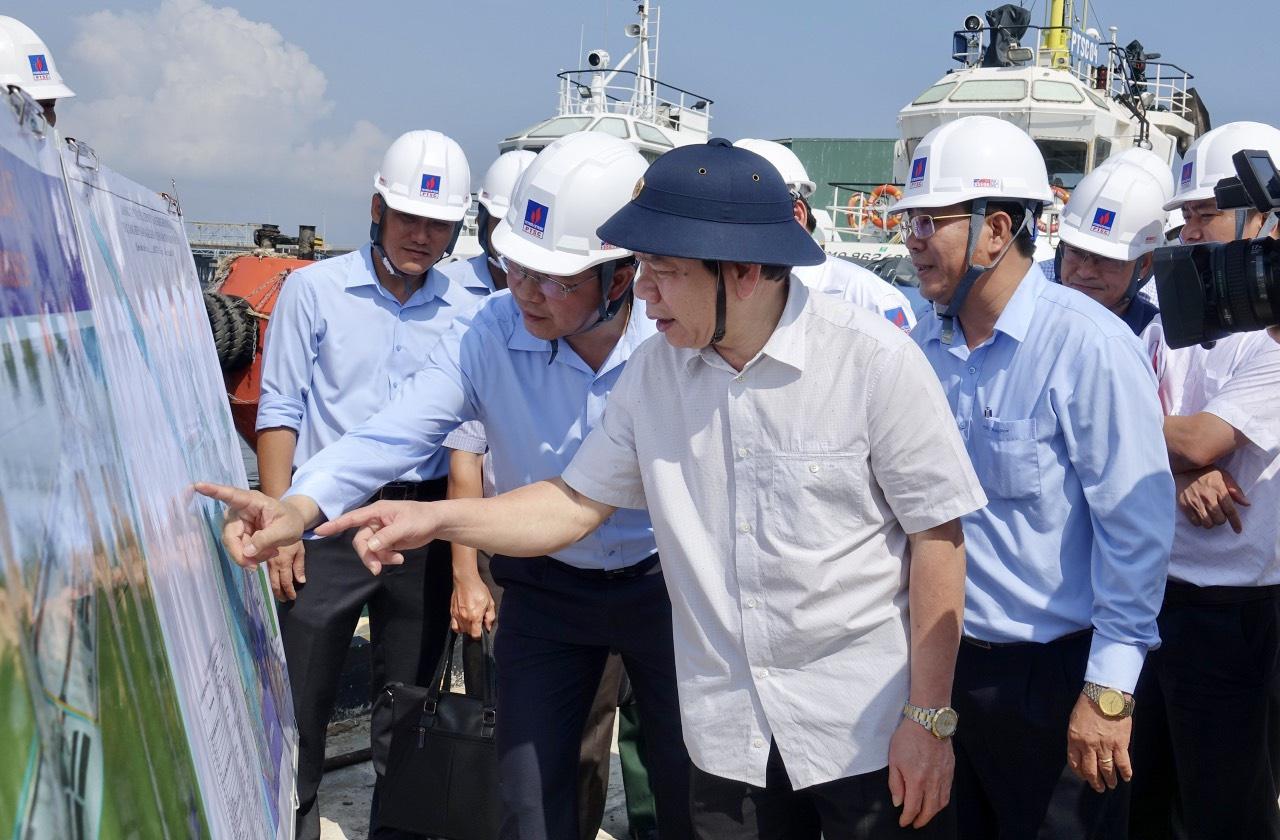 Ông Đặng Văn Minh, Chủ tịch UBND tỉnh Quảng Ngãi, đi thực địa tại đảo Lý Sơn
