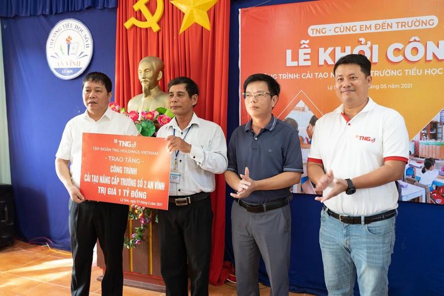 Ông Bùi Thanh Hà - Phó Chủ tịch Tập đoàn TNG (ngoài cùng bên trái) trao tặng số tiền để sửa chữa, nâng cấp Trường tiểu học số 2 An Vĩnh, Lý Sơn
