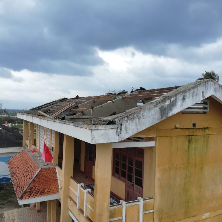 Mái trường Trường tiểu học số 2 An Vĩnh bị hư hỏng nặng sau cơn bão cuối năm 2020