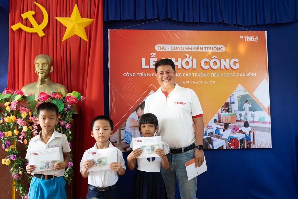 Ông Chu Lê Tâm - Phó Tổng Giám đốc TNG Holdings Vietnam tặng quà cho các em học sinh