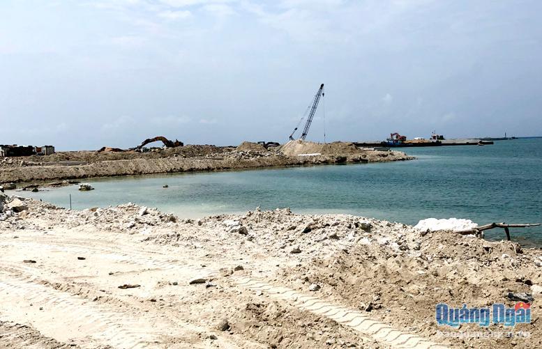 Công trình Vũng neo trú tàu thuyền Lý Sơn hiện vẫn còn ngổn ngang.