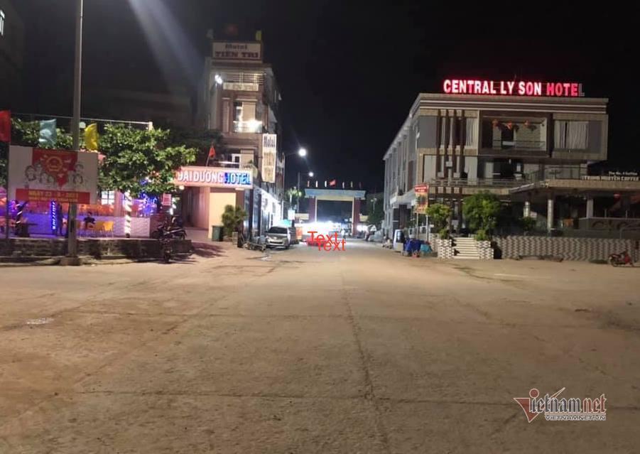 Trung tâm huyện đảo về đêm vắng hoe