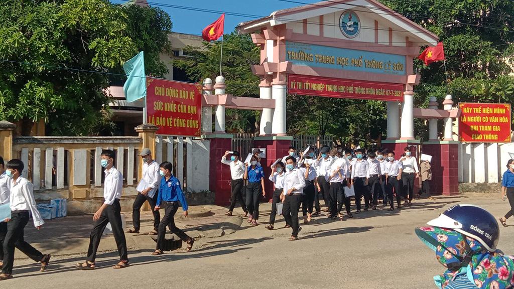 Thí sinh tham gia kỳ thi tốt nghiệp THPT tại Lý Sơn ra về sau khi kết thúc môn thi chiều 8-7
