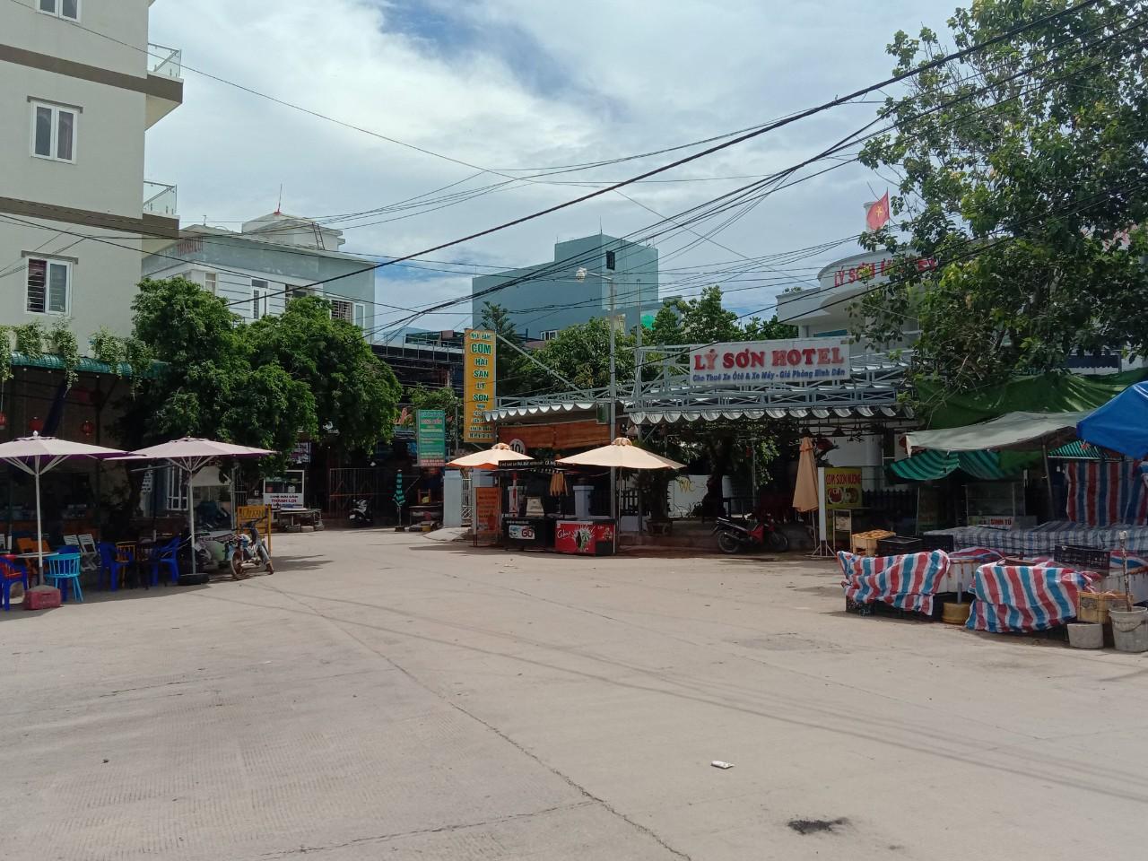 Huyện Lý Sơn vắng vẻ trong ngày đầu thực hiện giãn cách xã hội theo Chỉ thị 16.
