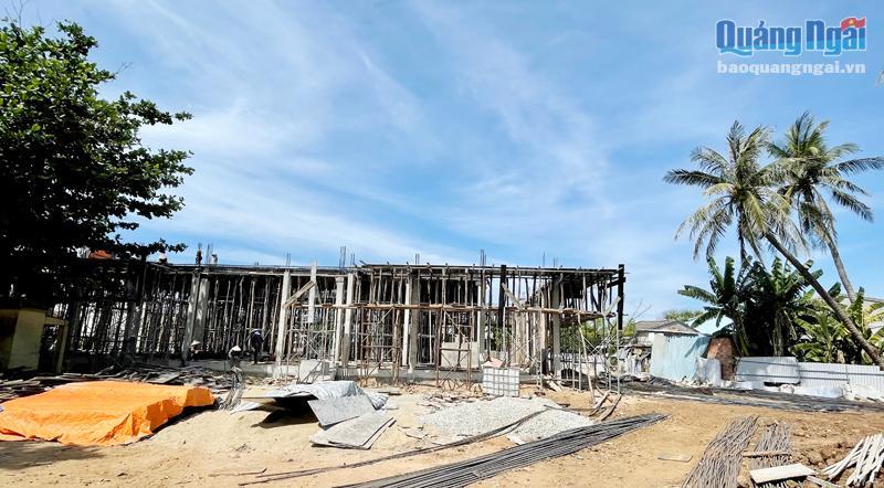 Công trình chợ trung tâm huyện Lý Sơn đang đẩy nhanh tiến độ thi công..