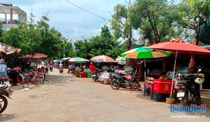 Chợ huyện Lý Sơn ngày bình thường khá đông, nhưng nay trở nên vắng vẻ