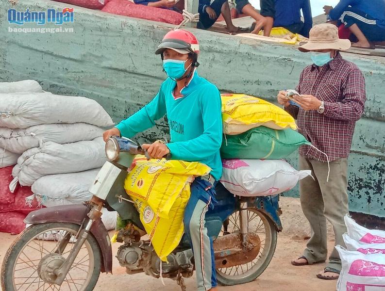 Mỗi ngày có một chuyến tàu chở hàng hóa, lương thực ra vào đảo để phục vụ người dân