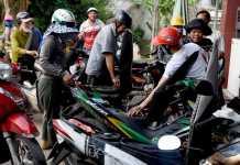 Người dân đổ xô mua nhiên liệu ở cửa hàng xăng, dầu Nhiên Phường, huyện đảo Lý Sơn.