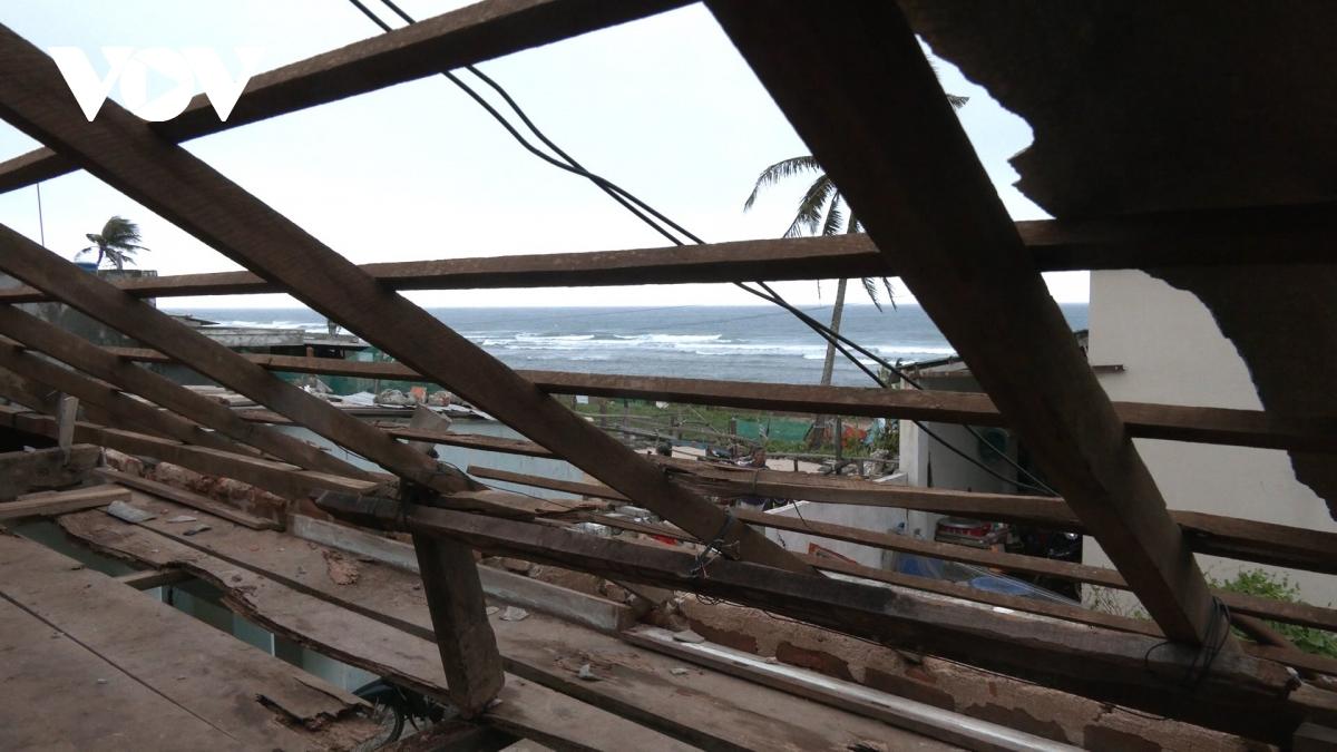 Các hộ dân nhà bị tốc mái phần lớn đều nằm sát biển.