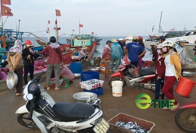 Cảnh mua bán ở cảng Lý Sơn.