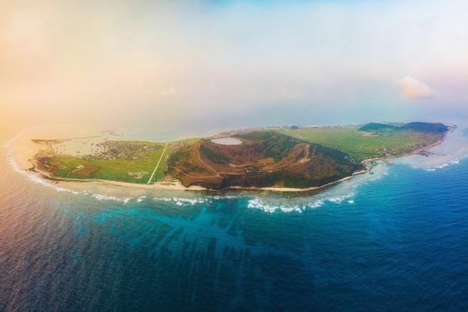 Đảo Lý Sơn cách đất liền 15 hải lý, hiện chỉ có thể đến bằng đường biển.