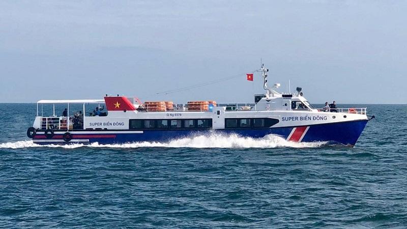 Tàu Super Biển Đông vượt bão đưa thai phụ vào bờ.